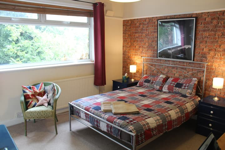 Spacious bedroom (great for city centre/airport)
