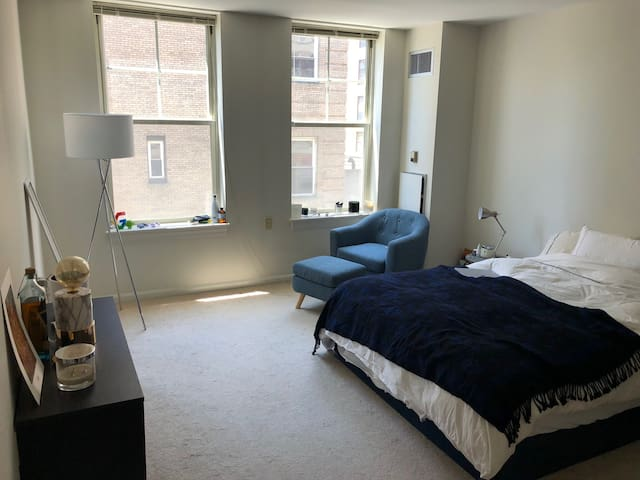 Large Private Bedroom/Bathroom at Central Station