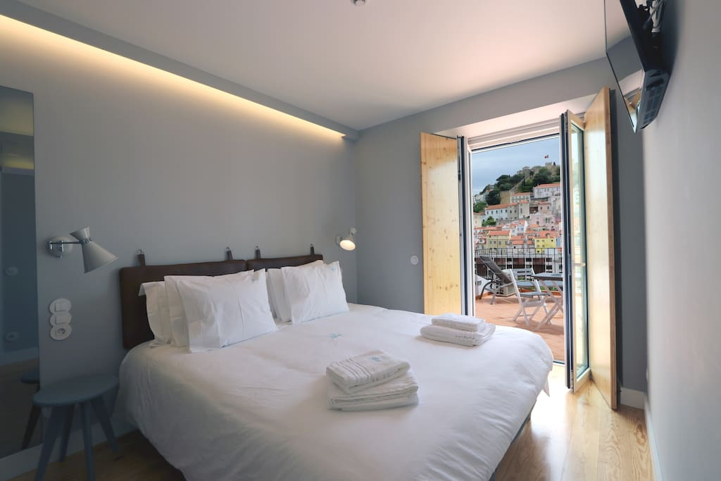Bedroom with terrace and view to Graça, Castle, Downtown, Pool and air conditioning