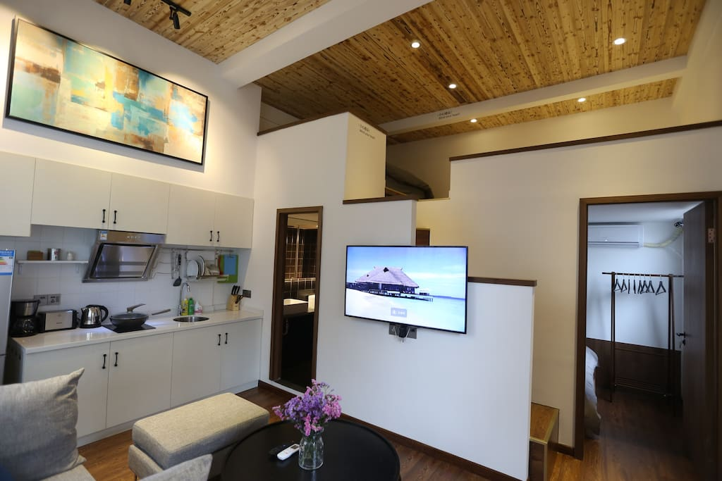 客厅一景,提供55寸高清液晶网络电视。