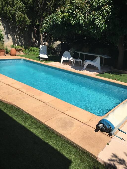 Petit endroit de détente autour de la piscine