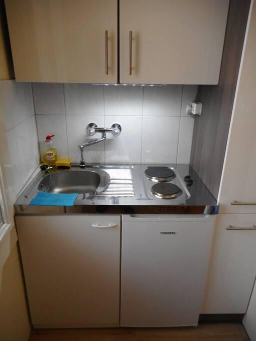 Miniküche mit 2 Herdplatten und Kühlschrank / Kitchenette with 2 hot plates und a fridge