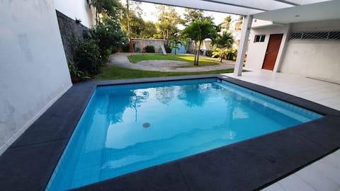 Hjem med stor hage og privat basseng