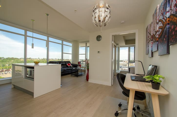 Luxury 2Bed 2Bath Condo Downtown by Saddledome