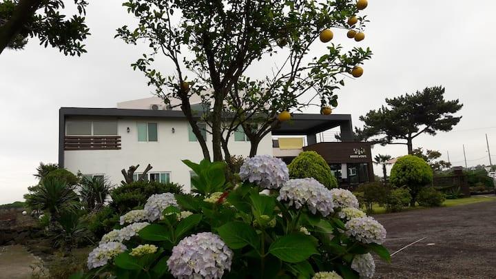 '달숲하우스' 나무룸(복층)2인 기준 협재해수욕장 인근, 차로2~3분 거리 위치
