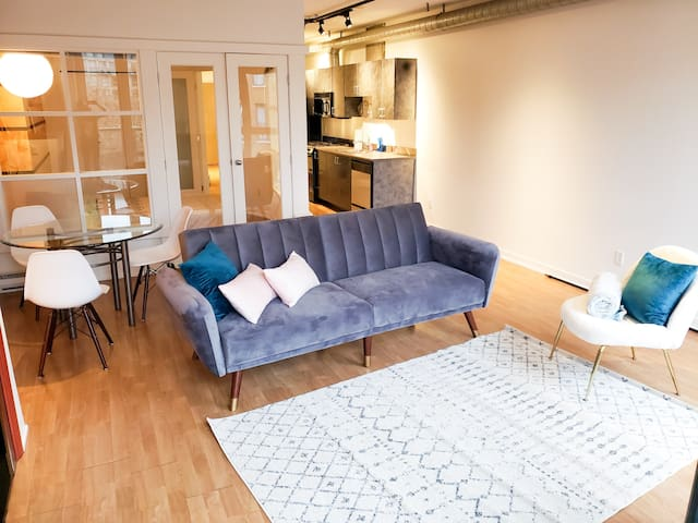 Downtown Historic Gastown Cozy Loft. Central!