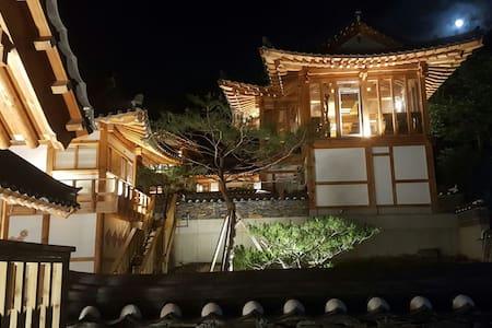 한국 전통한옥의 멋과 호털객실타입의 럭셔리한 실내 - 포천시