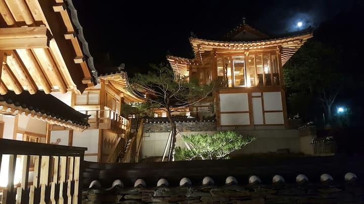 한국 전통한옥의 멋과 호털객실타입의 럭셔리한 실내