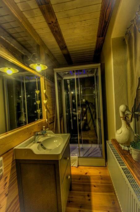 Zimmer 1, Bad mit Dusche,WC und Föhn