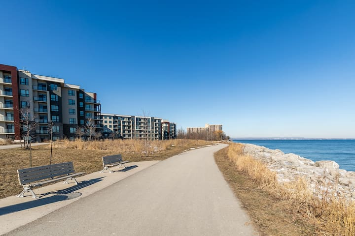Breeze 1bd+den Shoreview +Free Parking and Gym