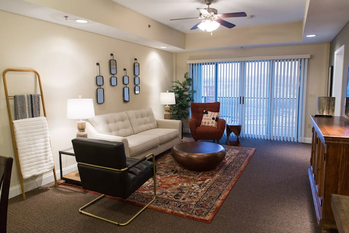 Style and Comfort - 3 BR/3 BA condo at Speedway
