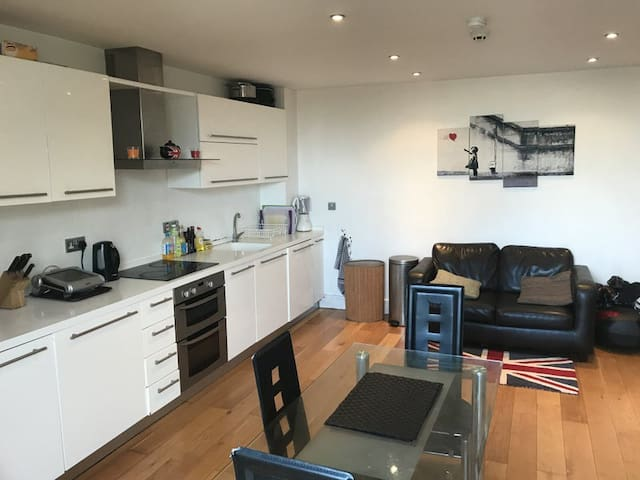 Room in 2 bed flatshare in heart of Wandsworth