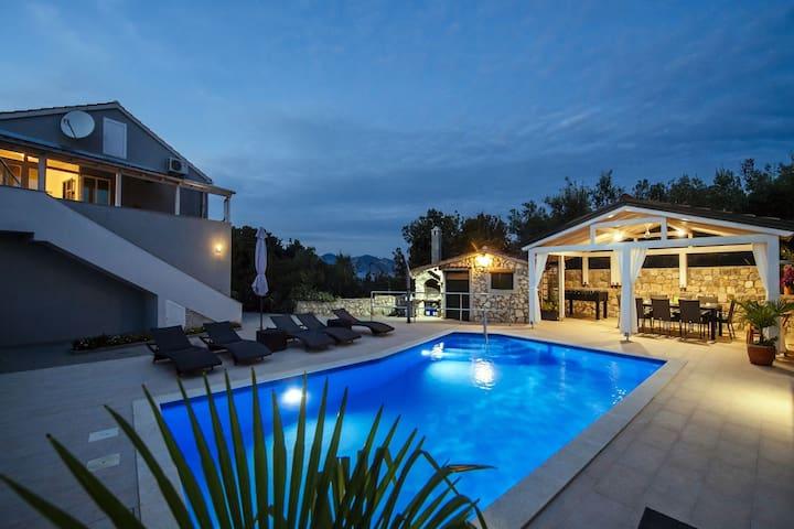 Bellissima casa vacanze con piscina privata, terrazzo coperto e 3 terrazze con vista sul mare