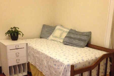 Comfortable Room & Private Bath Close to Airport - Madison