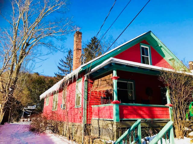 Bear Cottage in Phoenicia - Everything Walkable