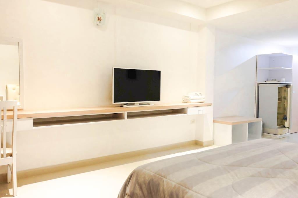 มีโต๊ะสำหรับแต่งตัวและทำงาน พร้อมทีวีจอแบน ขนาด 32 นิ้ว 1 เครื่อง
