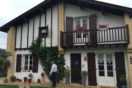maison burgo zaharre - Saint-Jean-le-Vieux - Rumah