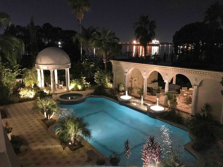 Gorgeous Luxury Private Heated Pool Riverfront