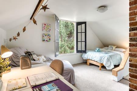 Private Room In Charming Heritage Kitsilano Home