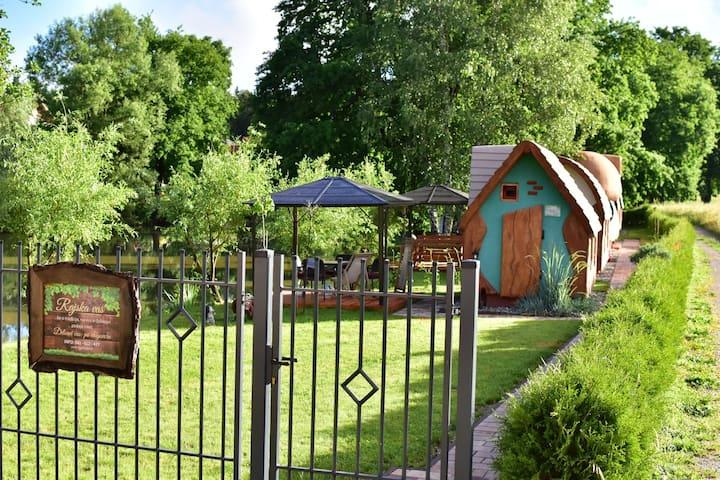 Rajska hiška, pravljične hiške ob ribniku