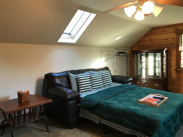 Spacious Sunroof Bedroom @ Picturesque Retreat