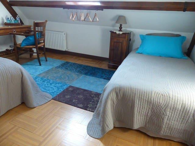 La chambre bleue accueille 3 personnes. Un lit double et un lit simple.