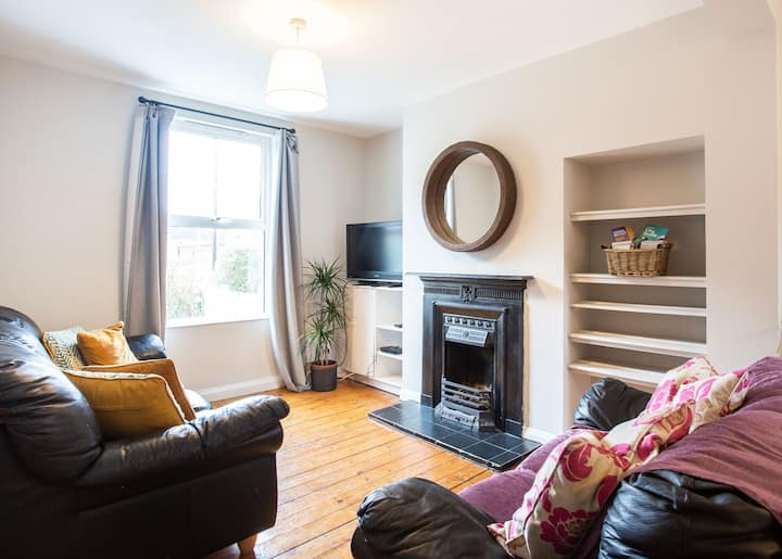 Charming 2BR House Nr City Ctr.Free Parking + WiFi