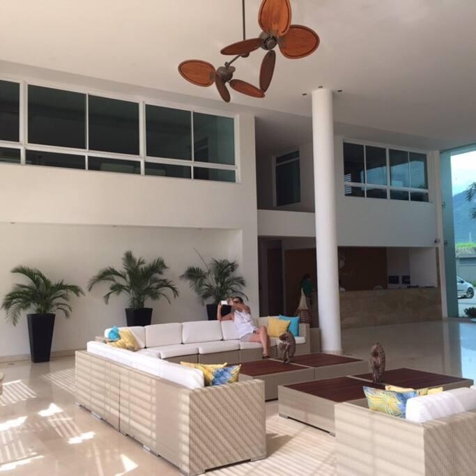 Lobby con zonas de descanso