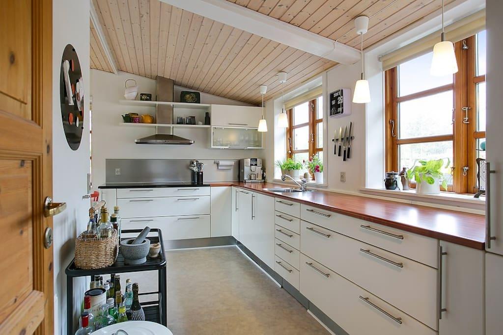 Køkken med køleskab, kogeplader og ovn