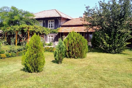 Traditional country house w big garden & BBQ
