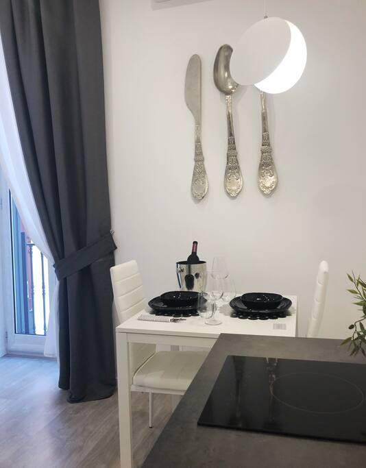 Cucina con piano cottura elettrico in vetro ceramica