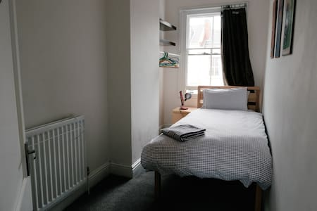 Single Bedroom in Leamington town centre apartment - Royal Leamington Spa