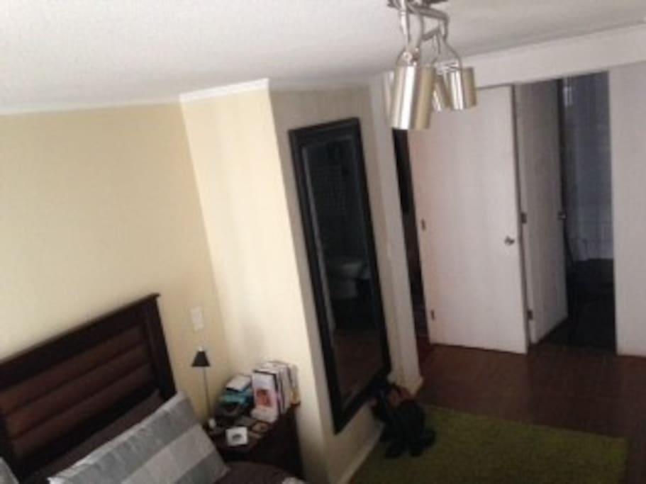 Dormitorio matrimonial amplio, con espejo, closet y baño