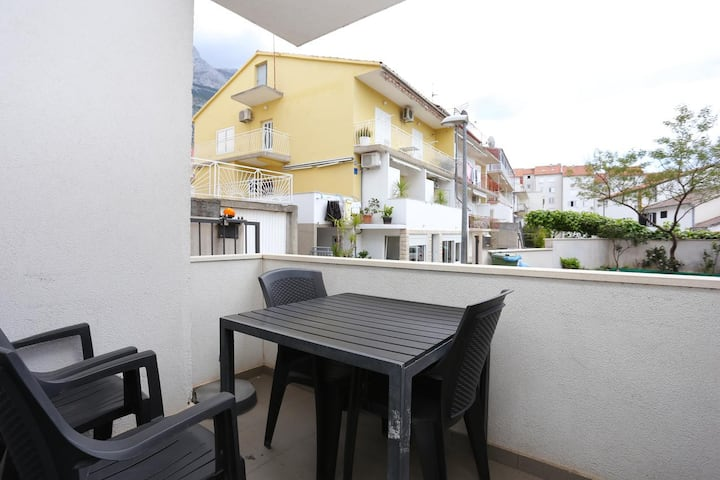 One bedroom apartment with terrace Makarska (A-16430-a)