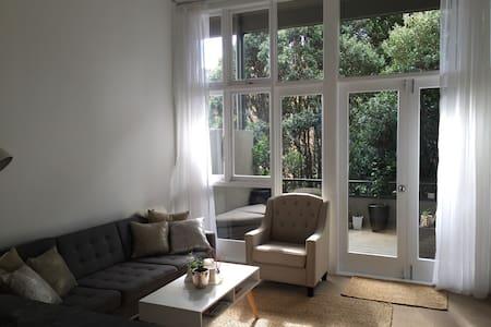 Amazing location, beautiful light airy apartment! - Auckland