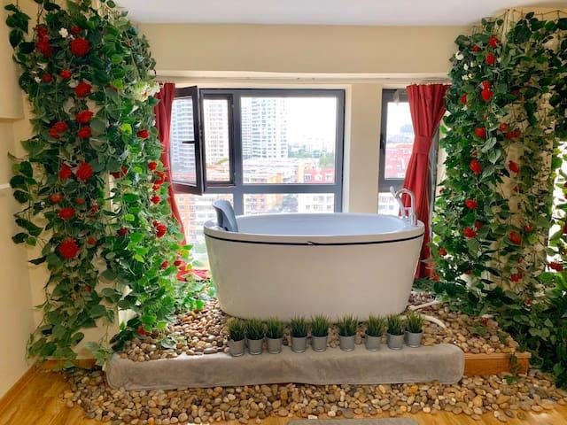 【花间小筑】超大浴缸/大落地窗/天津站/滨海国际机场地铁直达