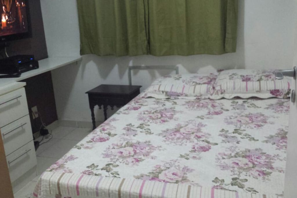 Quarto com cama de casal + TV  a cabo + Wifi + armário +