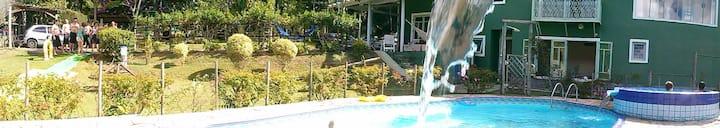 Sitio em Juquitiba, com piscina e muita natureza