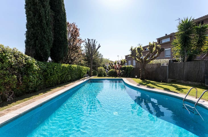ALZINA - IDEAL FAMILIES AND FRIENDS - Townhouse with shared pool,  parking, wifi, ping pong table and football