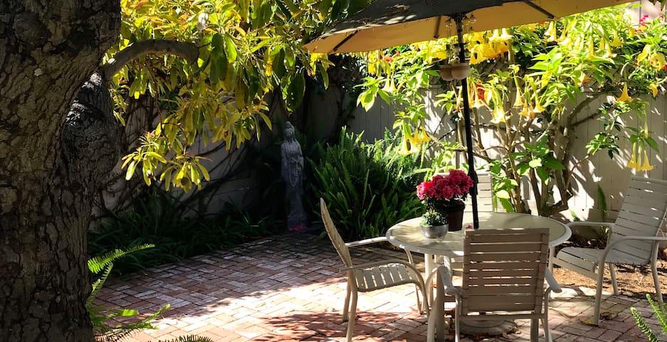 Downtown Santa Barbara  Peaceful Garden Retreat