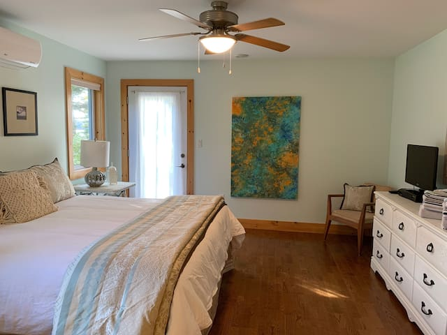 Principal bedroom with flat screen TV and access to the outdoor patio.