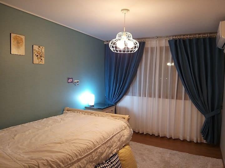 방과 거실에서 바다 뷰, 관광단지 5분거리 중문시내 중심지에 있는 34평 아파트전체-