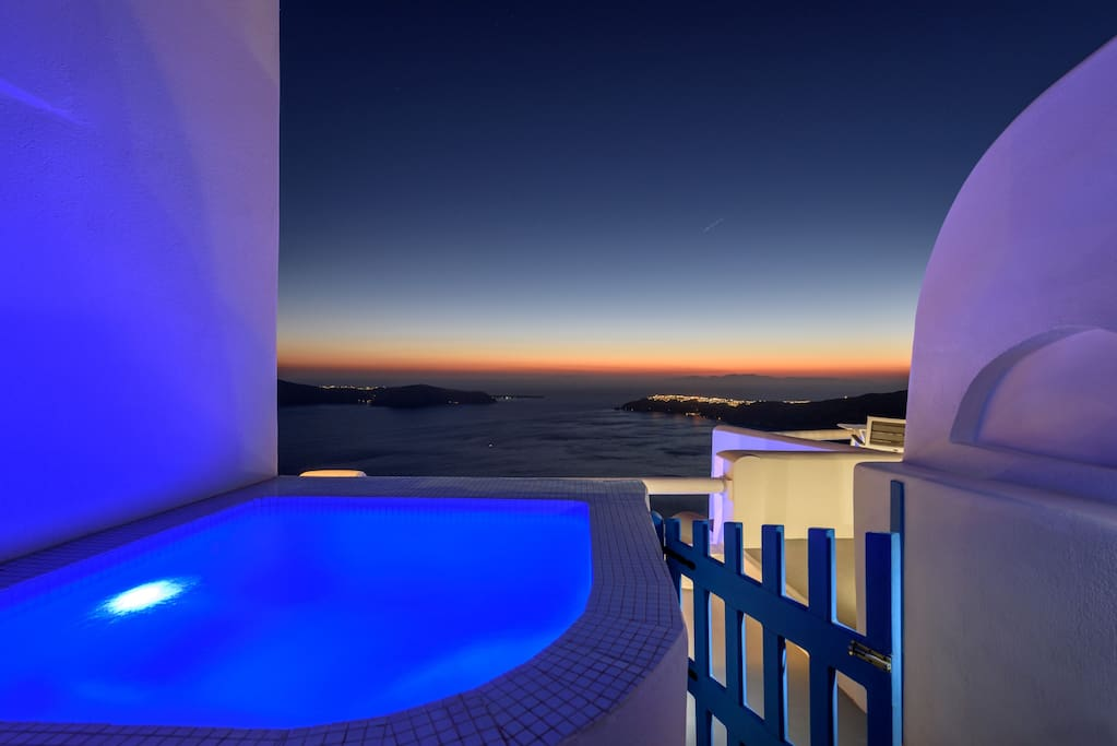 Private balcony with panoramic view at the sea, sunset, caldera and private outdodr big Jacuzzi Hot-tub and double built sun-bed
