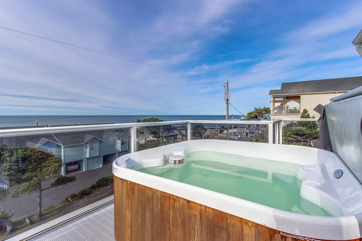 Luxury home w/game room & hot tub overlooking the beach!