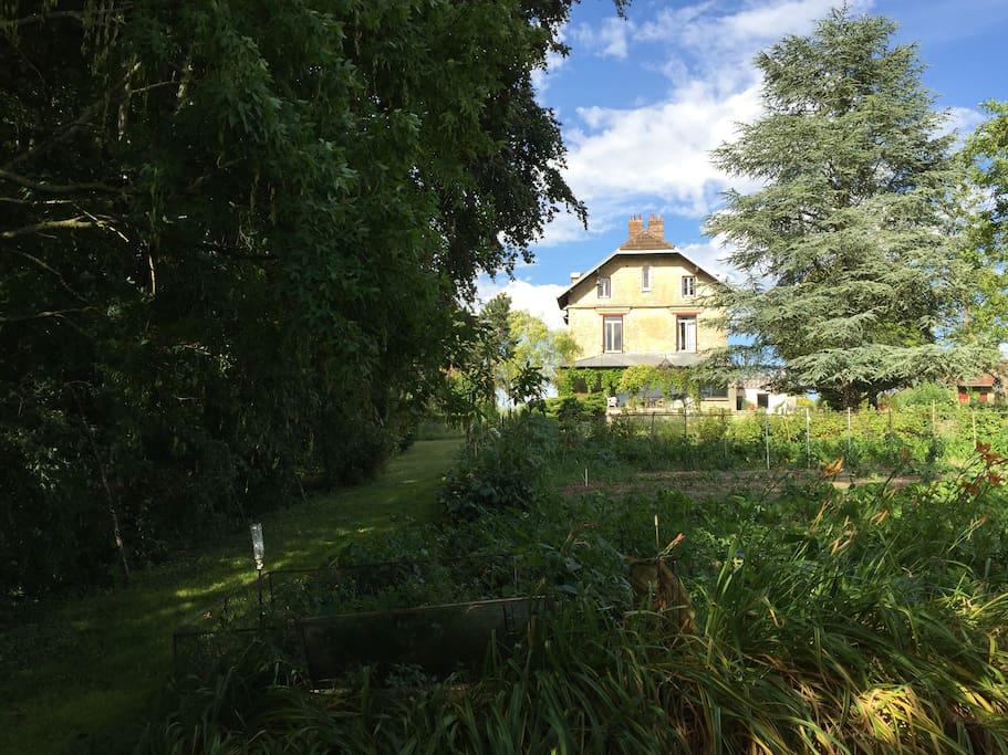 une maison familiale de charme dans un grand jardin de rêve ( 6000m2)