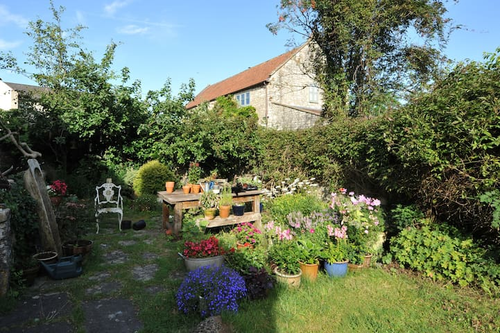 Country cottage in village nr Bath - Bath - Casa