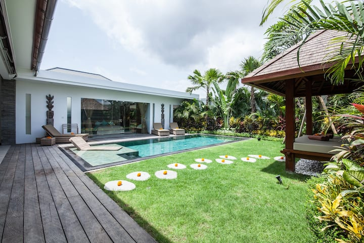 L-Seminyak villa 2 rooms - pool - garden - staff