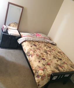 beautiful private bedroom, centrally located !safe - Ypsilanti - Byt