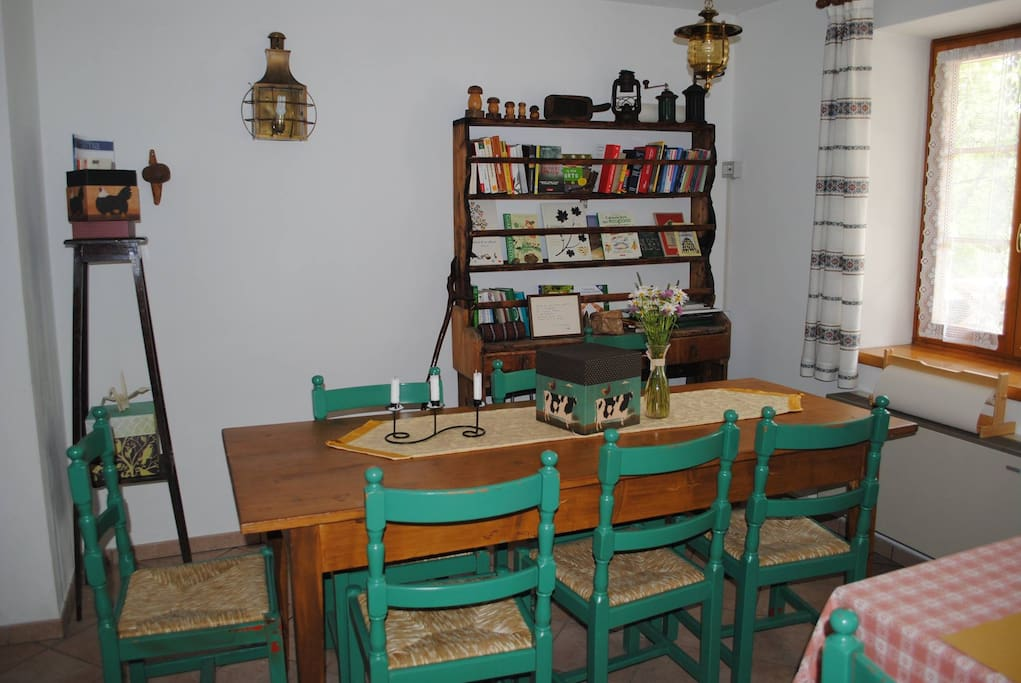 in sala da pranzo c'è un luogo dove leggere e divertirsi con giochi da tavolo