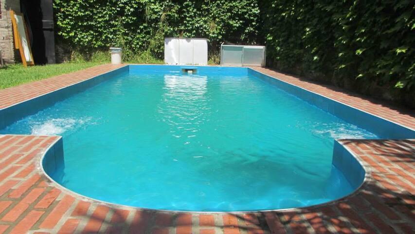 Maravillosa casa con jardín y piscina (Pugliese)